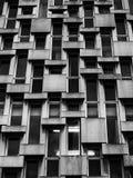 Windows dans un immeuble en béton de bureaux Image libre de droits