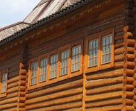 Windows dans une maison en bois à l'ancienne Photos libres de droits