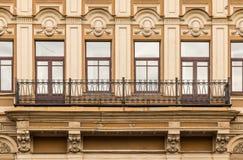 Windows dans une rangée et balcon sur la façade de l'immeuble de bureaux Image libre de droits