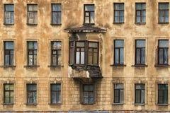 Windows dans une rangée et fenêtre en saillie sur la façade de l'immeuble Photographie stock libre de droits