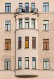 Windows dans une rangée et fenêtre en saillie sur la façade de l'immeuble Image stock