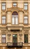 Windows dans une rangée et fenêtre en saillie sur la façade de l'immeuble de bureaux photographie stock libre de droits