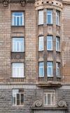 Windows dans une rangée et fenêtre en saillie sur la façade de l'immeuble de bureaux image stock