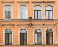 Windows dans une rangée et réverbère sur l'immeuble de façade Images libres de droits