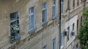Windows dans une rang?e dans le mur d'une vieille maison minable dans la ville d'Odessa en Ukraine banque de vidéos