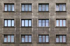 Windows dans une rangée sur la façade de l'immeuble Photographie stock libre de droits