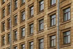 Windows dans une rangée sur la façade de l'immeuble Photo stock