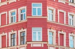 Windows dans une rangée sur la façade de l'immeuble Image stock