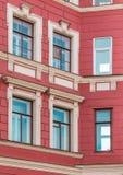 Windows dans une rangée sur la façade de l'immeuble Images stock