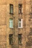 Windows dans une rangée sur la façade de l'immeuble Photo libre de droits