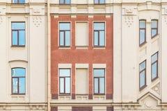 Windows dans une rangée sur la façade de l'immeuble Photos stock