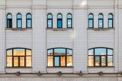 Windows dans une rangée sur la façade du bâtiment Image libre de droits