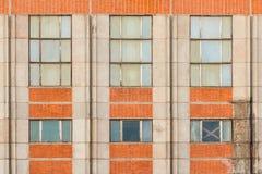 Windows dans une rangée sur la façade du bâtiment industriel Photo libre de droits