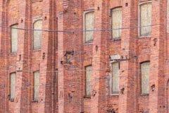 Windows dans une rangée sur la façade du bâtiment industriel Image libre de droits