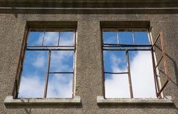 Windows dans une vieille maison sans toit Photographie stock libre de droits