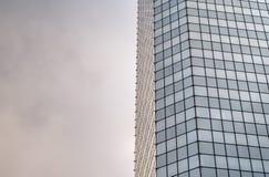 Windows de ciel se reflétant de coucher du soleil de bâtiment d'entreprise de gratte-ciel, Images libres de droits