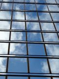Windows de cristal azul refleja las nubes y el cielo Foto de archivo libre de regalías