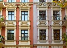 Windows de dois townhouses reabilitados Fotos de Stock