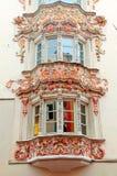 Windows de edificios medievales en la ciudad vieja, Innsbruck, Austria Fotos de archivo