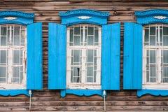 Windows de la cabaña vieja, de madera en el campo fotos de archivo