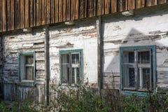 Windows de la casa abandonada vieja Foto de archivo libre de regalías
