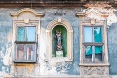 Windows de la casa abandonada vieja Foto de archivo