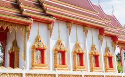 Windows de la iglesia de oro vieja y del cielo azul Imágenes de archivo libres de regalías