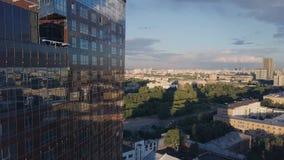 Windows de la oficina de negocios del rascacielos con el cielo azul clip Edificio corporativo en ciudad Rascacielos con Windows d Imagenes de archivo