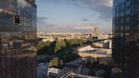 Windows de la oficina de negocios del rascacielos con el cielo azul clip Edificio corporativo en ciudad Rascacielos con Windows d Imagen de archivo libre de regalías