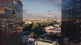 Windows de la oficina de negocios del rascacielos con el cielo azul clip Edificio corporativo en ciudad Rascacielos con Windows d metrajes