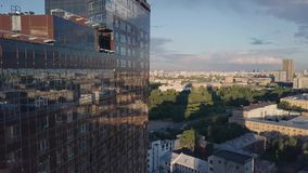 Windows de la oficina de negocios del rascacielos con el cielo azul clip Edificio corporativo en ciudad Rascacielos con Windows d almacen de metraje de vídeo