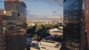 Windows de la oficina de negocios del rascacielos con el cielo azul clip Edificio corporativo en ciudad Rascacielos con Windows d Imagen de archivo