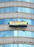 Windows de lavagem de um prédio de escritórios Imagem de Stock Royalty Free