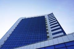 Windows de local commercial de gratte-ciel avec le ciel bleu Photos libres de droits