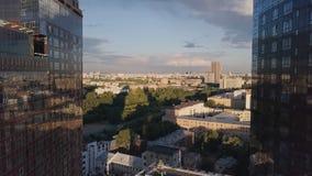 Windows de local commercial de gratte-ciel avec le ciel bleu clip Bâtiment d'entreprise dans la ville Gratte-ciel avec Windows re Image libre de droits