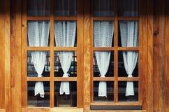 Windows de madeira decorativo e cortinas Fotografia de Stock Royalty Free