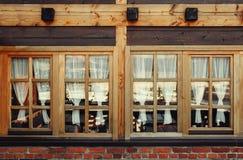Windows de madeira decorativo e cortinas Imagens de Stock Royalty Free