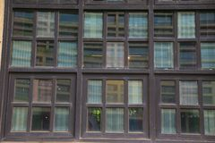 Windows de madera de un edificio histórico foto de archivo