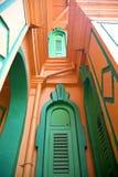 Windows de um bungalow colonial imagem de stock