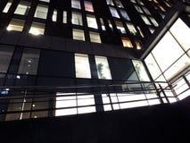 Windows de um grande prédio de escritórios iluminado brilhantemente na noite fotos de stock royalty free