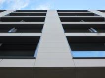 Windows de um prédio de escritórios de baixo de fotografia de stock