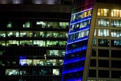 Windows de um prédio de escritórios na noite Foto de Stock Royalty Free