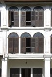 Windows de uma casa de Chinatown Imagem de Stock