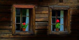 Windows de uma casa de madeira velha foto de stock