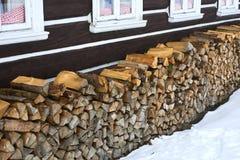 Windows de uma casa tradicional da casa de campo do país com logs da lenha Foto de Stock Royalty Free
