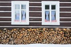 Windows de uma casa tradicional da casa de campo do país com logs da lenha Foto de Stock