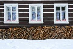 Windows de uma casa tradicional da casa de campo do país com logs da lenha Fotos de Stock