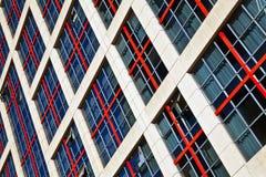 Windows de un alto edificio de la subida Fotografía de archivo libre de regalías