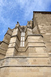 Windows de un castillo gótico debajo del cielo azul Foto de archivo