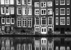 Windows de un edificio en Amsterdam fotos de archivo libres de regalías